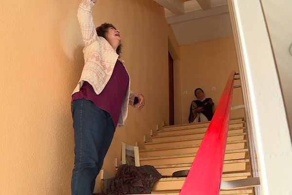 Marie en représentation dans la cage d'escalier de son immeuble