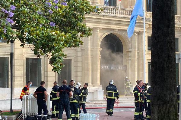 La fumée se dégage du rez-de-chaussée du bâtiment.