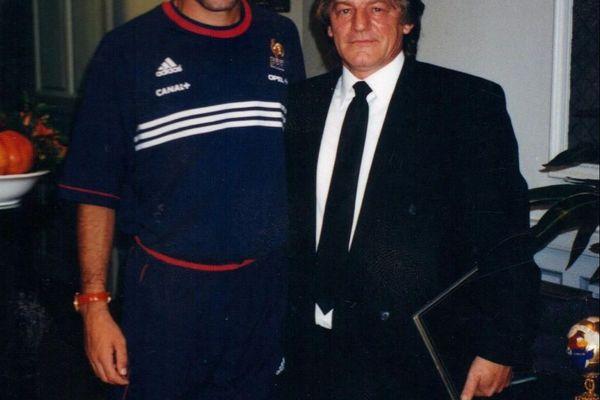 Zinédine Zidane et Jean-Pierre Surugue en 1998 lors de la remise du trophée.