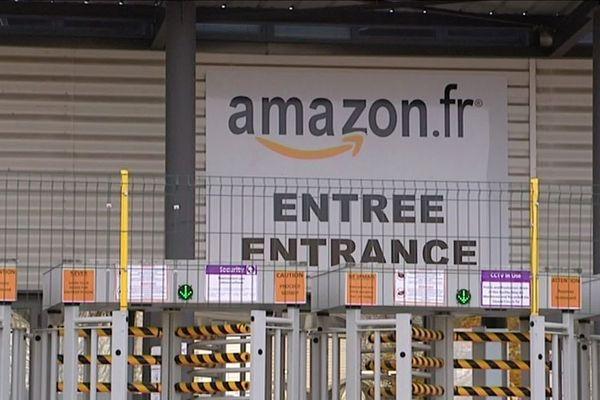 L'entrée d'un entrepôt d'Amazon.