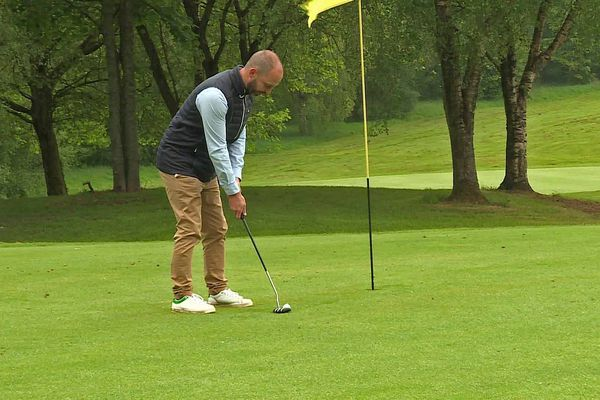 """Le directeur du golf de la forêt verte teste le putting sans retirer le drapeau, un des """"gestes barrière"""" à appliquer"""