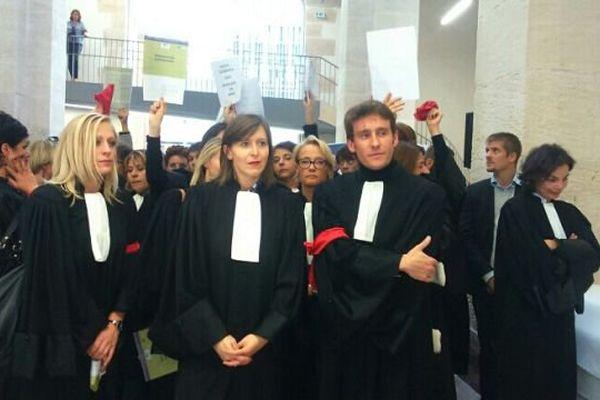 Les avocats bourguignons ont profité de la visite de la ministre de la Justice à Chalon-sur-Saône vendredi 16 octobre 2015 pour protester contre la réforme de l'aide juridictionnelle.
