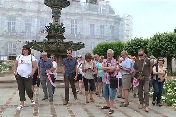 Groupe de touristes espagnols devant la mairie de Limoges