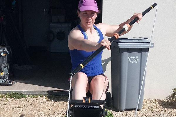 La kayakiste de Vivonne, Claire Bren, s'entraîne désormais chez elle, à l'aide d'une machine à pagayer.