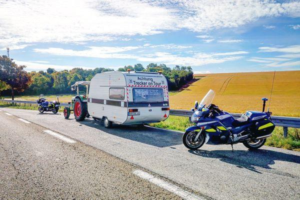 Le tracteur a été arrêté sur une aire de dégagement de la RN4 près de Coole dans la Marne. Il était perdu mais en règle.
