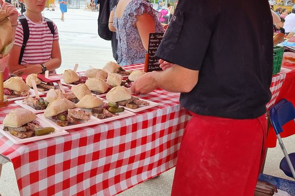 Les paniers de pique-nique se sont vendus comme des petits pains place des Carmes à Clermont-Ferrand.