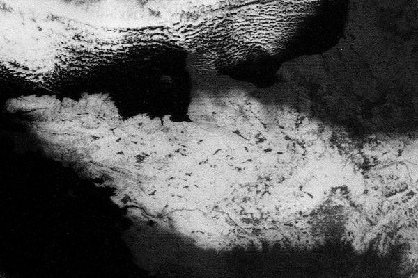 Photo satellite prise le 25 février 1986. On y voit de la neige au sol sur  toute la région Bretagne. C'est ce même phénomène qui est attendu ce mardi 9 février 2021 avec des épaisseurs maximales de 15 cm dans les Monts d'Arée. .