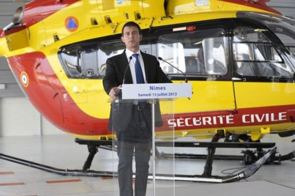 Manuel Valls devant un hélicoptère de la sécurité civile