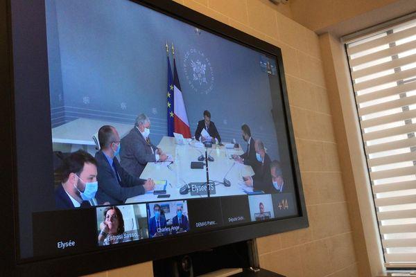 Emmanuel Macron, au fond de la table, lors d'une visioconférence sur les conséquences de la tempête Alex.
