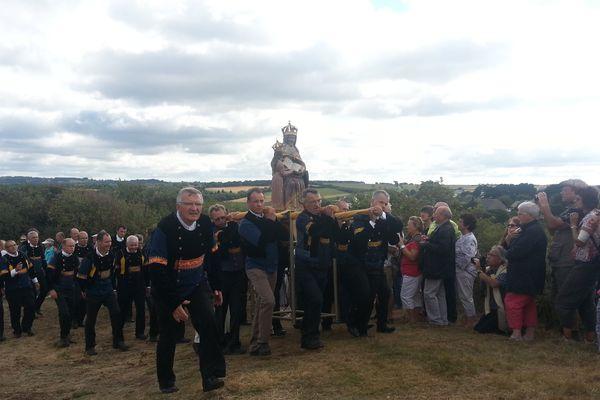 600 porteurs de costumes ont défilé à Ste Anne la Palud