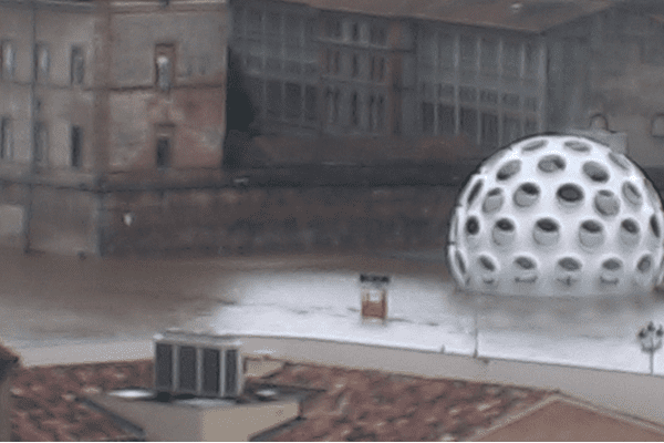 Le dome Buckminster's Fuller Fly Eye, installé à Viguerie a les pieds dans l'eau, à Toulouse