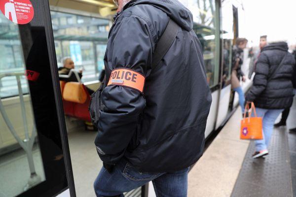 La police et la Compagnie des transports strasbourgeois (CTS) coopèrent pour assurer la sécurité dans les tramways et bus.