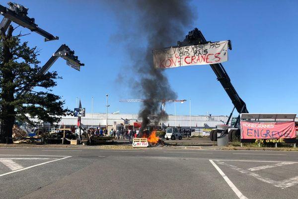Les employés de Konecranes sont en grève, plusieurs engins de levage ont été déposés sur le parking en signe de protestation.