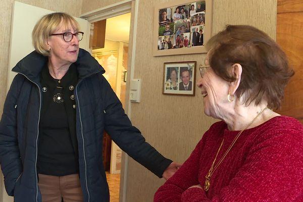 Marie-Hélène rend visite deux fois par semaine à sa voisine Mauricette, 92 ans. Pour l'aider et la rassurer face au Covid-19, mais aussi pour maintenir un lien social.