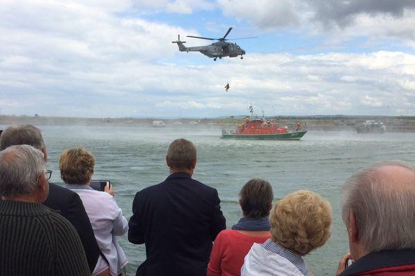 Démonstration d'hélitreuillage à Ouistreham pour la Journée nationale des sauveteurs en mer