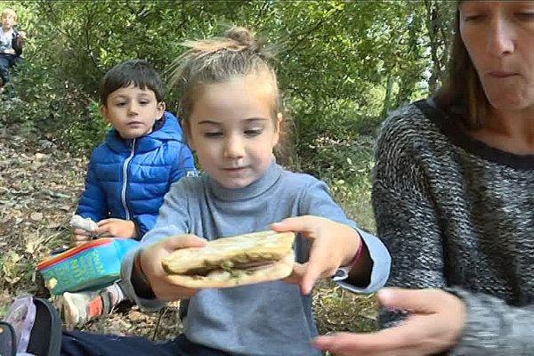 Ce jour-là, pas de cantine pour les élèves de Monclus, mais un pique-nique concocté par les parents.