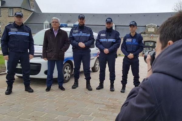 Le maire de Flers Yves Goasdoué et les agents de la nouvelle police municipale
