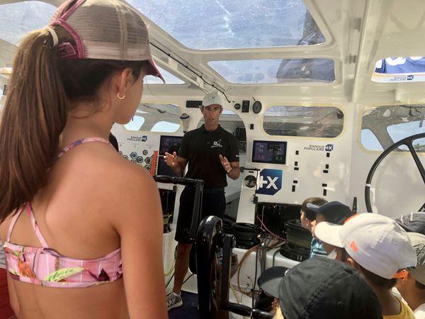 La rencontre entre les enfants et le navigateur a aussi été l'occasion d'échanger sur les problématiques environnementales.