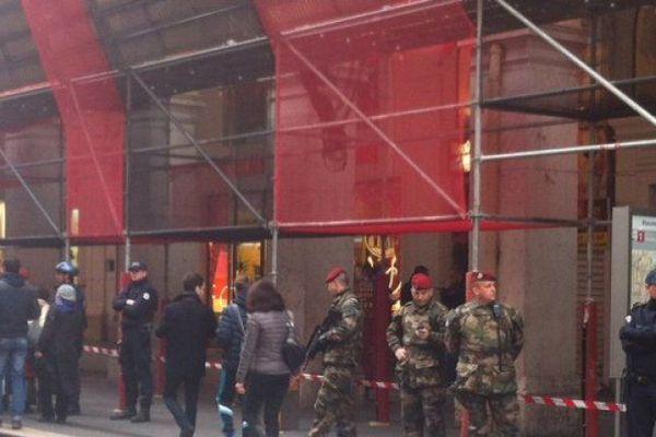 Des militaires et des policiers sur les lieux de l'attaque après les faits.