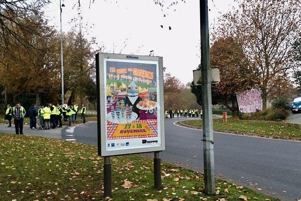 """17 novembre 2018- 08h05- Dieppe : les """"gilets jaunes"""" rassemblés à un rond-point d'accès au centre-ville (entre Auchan et l'avenue Gambetta) le jour de la foire aux harengs et à la coquille Saint-Jacques"""