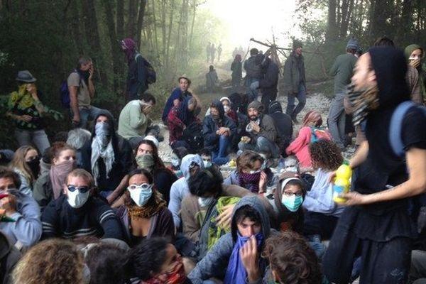 Des opposants en sit-in dans la forêt de Sivens le 08/09/2014