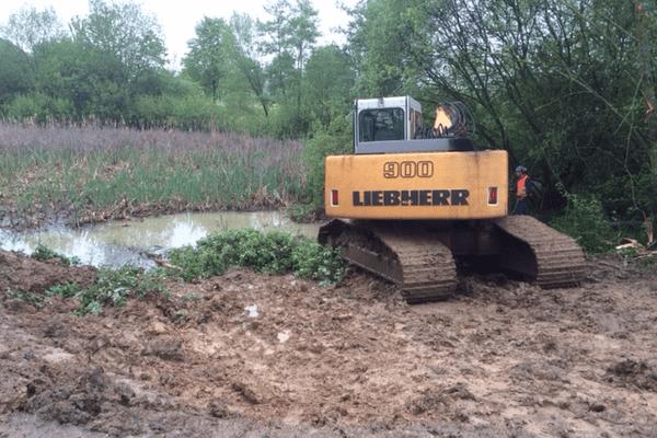 C'est dans ce bassin de rétention des eaux de pluie, sur l'aire de Crantenoy (54), que des ossements ont été retrouvés. Pour le moment (13/05/2016, 9h30), il est en train d'être vidé pour tenter de retrouver la tête de l'individu.