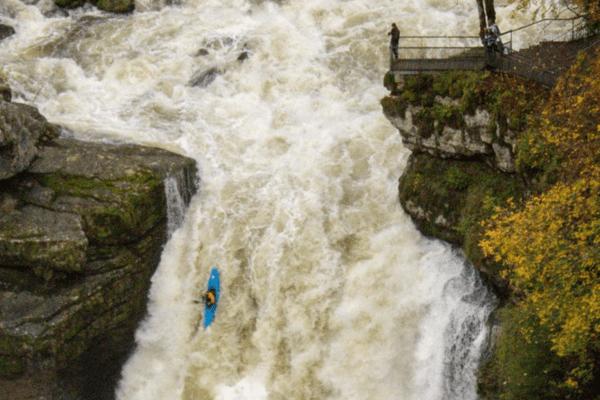 Un saut de 25 mètres et un kayak qui parait minuscule dans l'immensité du saut du Doubs en crue.