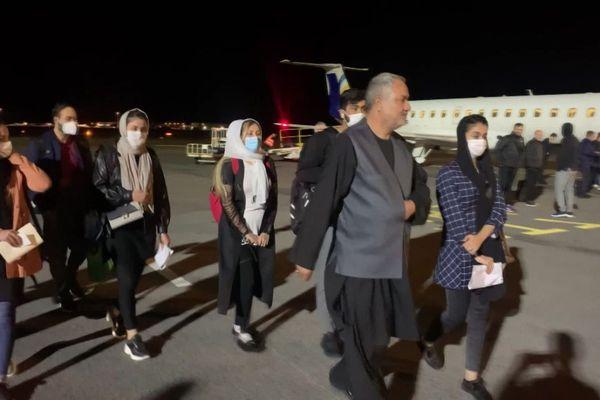 Montpellier - les 10 membres de la famille afghane sur le tarmac de l'aéroport - 14 octobre 2021.