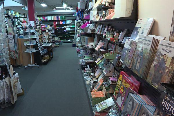 Les rayons vides de la librairie de l'Armitière