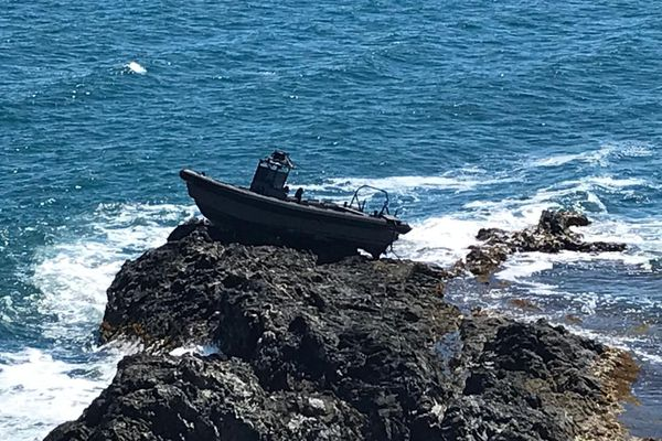Sur la pointe du Cap Béar à Port-Vendres, un semi-rigide est échoué depuis dimanche, les circonstances de cet accident sont encore floues - 24 juin 2021