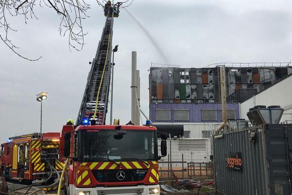 Les sapeurs-pompiers étaient encore à pied d'oeuvre pour éteindre complètement l'incendie, le matin du mercredi 10 mars.