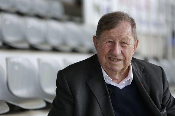 A 82 ans, le légendaire ex-entraineur de l'AJ Auxerre a encore beaucoup d'histoires à nous livrer.