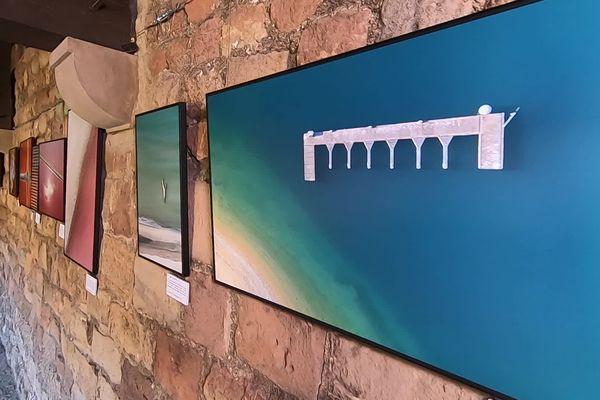 """L'exposition """"Palette terre de Provence"""", une palette de couleurs adossée aux vieilles pierres du cloître de la cathédrale de Fréjus."""