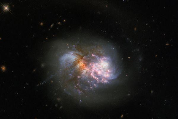 Deux galaxies entrent en collision dans la constellation de la Baleine. Image prise par le télescope spatial Hubble.