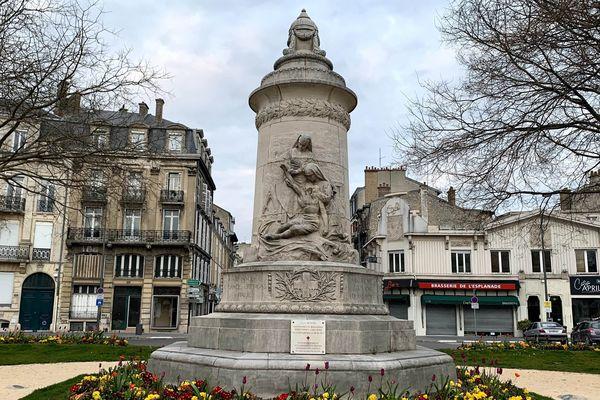 Le monument dédié aux infirmières à Reims. Place Aristide Briand.