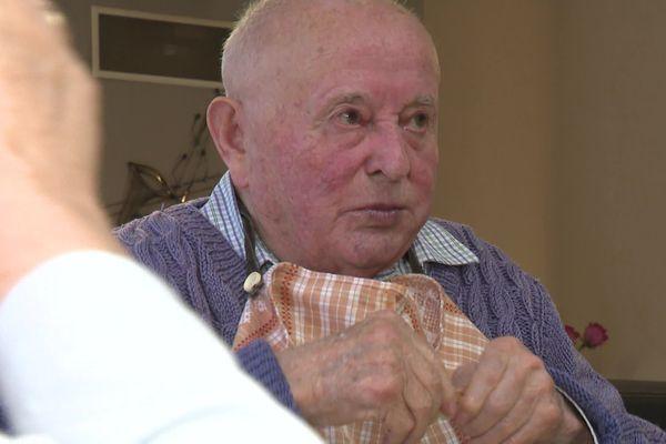 Antoine, 87 ans, un des 2 résidents du couple Fayac, famille d'accueil à Malemort en Corrèze