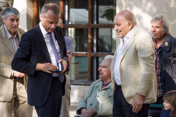 Bernard Combes, le maire de Tulle, remet la médaille de la ville à Michel Piccoli
