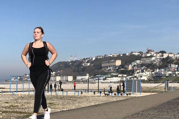Au Havre, en période de confinement les sportifs s'exercent à la plage.