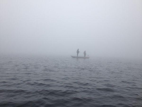 Les pêcheurs, au milieu de la brume couvrant le lac de la Landie.