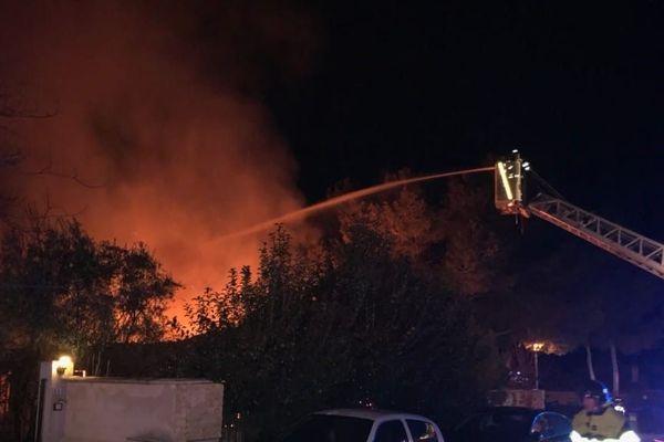 Les pompiers sont intervenus tard dans la nuit pour lutter contre les flammes, dans une villa de Salon-de-Provence.