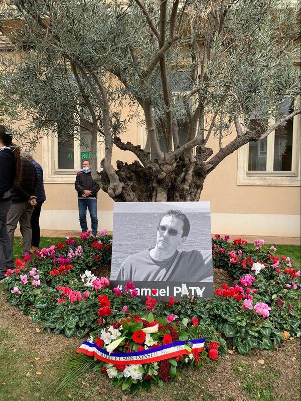 La photo de Samuel Paty, assassiné le vendredi 16 octobre 2020, déposée sous un olivier, symbole de paix.