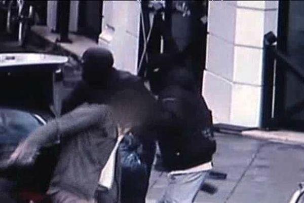 Lyon, le 24 septembre 2010, on voit un des malfaiteurs conduire Florent Droguet vers l'intérieur de leur voiture