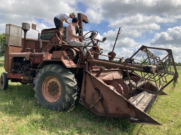 la rarissime moissonneuse DHOTEL MONTARLOT du musée de la machine agricole de Saint-Loup dans la Nièvre. Ces machines étaient fabriquées à Chatillon-sur-Seine (21)