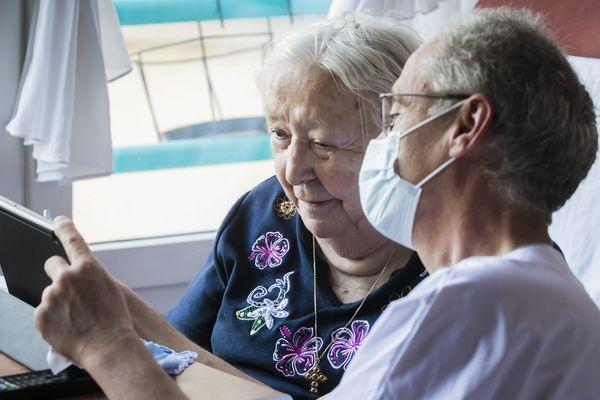Si vous souhaitez voir vos aînés, privilégiez les moyens de communication dématérialisés et restez chez vous. Photo d'illustration