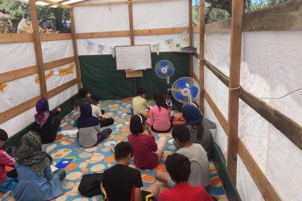 Classe d'une école du camp de réfugiés de Moria avant l'incendie.