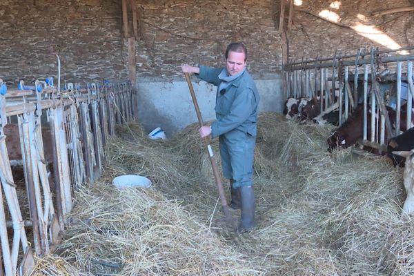A Saint-Etienne-de-Maurs, dans le Cantal, Stéphane Malroux est un éleveur en plein désarroi.