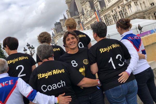 L'équipe des volleyeuses Stayin'Alive autour d'Apolline, aux Gay Games de Paris 2018.
