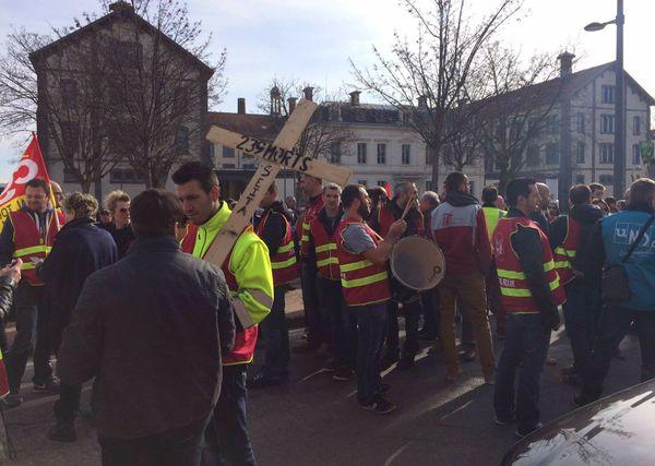 Les manifestants refusent la fermeture du site qui emploie 239 personnes.