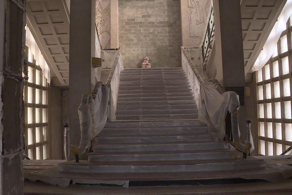 Dans le hall, l'escalier d'apparat est conservé, il fera partie de l'hôtel 4 étoiles