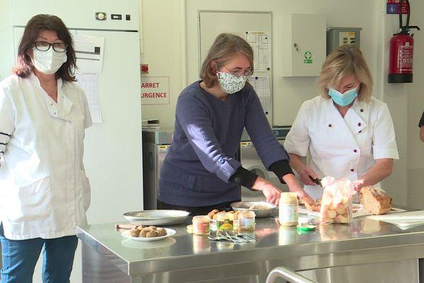Dans la cuisine scolaire de Turretot, des chefs de cantine apprennent à élaborer leurs menus 100% végétariens